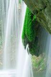 Écoulement d'eau puissant dans la cascade à écriture ligne par ligne Photos stock