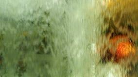 Écoulement d'eau sur le mur de verre banque de vidéos