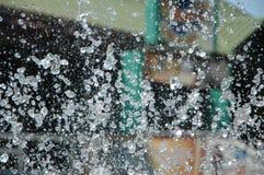 Écoulement de fontaine d'eau Arrosez l'éclaboussure dans une fontaine, ima abstrait Image libre de droits