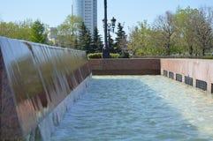 Écoulement de l'eau au-dessus d'un mur en pierre en parc des fontaines photos stock