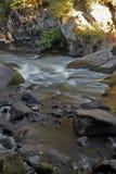 Écoulement de l'eau au-dessus des roches et des rochers Image stock