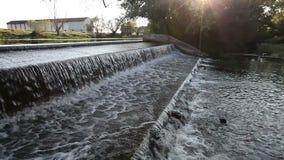Écoulement de l'eau au petit barrage banque de vidéos