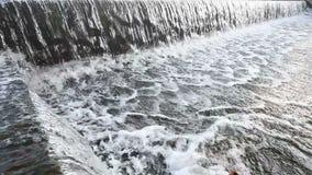 Écoulement de l'eau au petit barrage clips vidéos