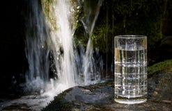Écoulement de l'eau avec du verre à boire Photo libre de droits