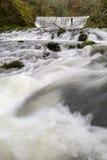 Écoulement de l'eau dans Ambleside, Angleterre. Image stock