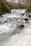 Écoulement de l'eau dans Ambleside, Angleterre. Photos libres de droits