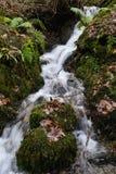 Écoulement de l'eau dans Ambleside, Angleterre. Photographie stock libre de droits
