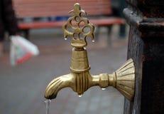 Écoulement de l'eau hors de robinet Images libres de droits