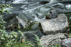 Écoulement puissant de l'eau au-dessus des pierres photos libres de droits