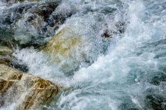 Écoulement puissant de l'eau au-dessus des pierres, fin de rivière de montagne  photos libres de droits