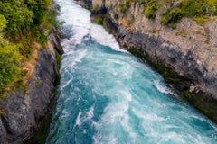 Écoulement puissant de rivière aux chutes de Huka dans la ville de Taupo photographie stock libre de droits