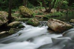 Écoulement soyeux de rivière près de la cascade connue sous le nom de Santa Margarida Image libre de droits