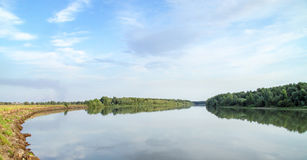 Écoulement tranquille de la rivière Photos libres de droits