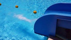 Écoulements d'eau dans la piscine avec une glissière banque de vidéos