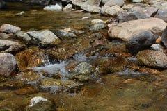 Écoulements d'eau de courant au-dessus des roches Photos libres de droits