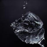 Écoulements d'eau de la glace Arrosez l'versement dans un verre Photo stock