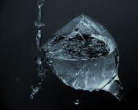 Écoulements d'eau de la glace Arrosez l'versement dans un verre Images stock
