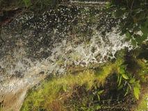 Écoulements d'eau de rivière photo libre de droits