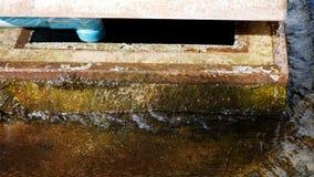 Écoulements d'eau des fissures du tuyau banque de vidéos