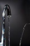 Écoulements d'eau des robinets images libres de droits