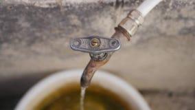 Écoulements d'eau du robinet banque de vidéos