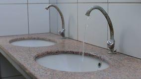 Écoulements d'eau du robinet, lavabo dans la toilette, évier banque de vidéos