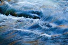 Écoulements d'eau en rivière image stock