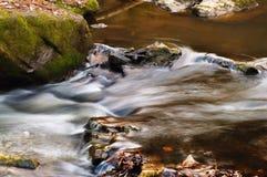 Écoulements d'eau par les pierres Image libre de droits