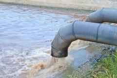 Écoulements d'eau sales d'un tuyau. Photographie stock