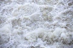 Écoulements d'eau sous pression aux barrages hydro-électriques Image stock