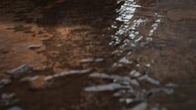 Écoulements d'eau sur la surface banque de vidéos