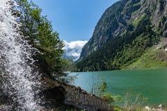 Écoulements d'eaux de fonte rapidement dans le lac de montagne Lac Stillup, réservoir de Stillup, Autriche, Tyrol photo stock