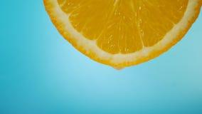 Écoulements de jus vers le bas sur le fruit orange banque de vidéos