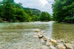 Écoulements de l'eau de la rivière de Frio Photographie stock libre de droits