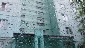 Écoulements de pluie en bas du pare-brise banque de vidéos