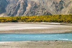Écoulements de rivière de bleu de turquoise dans le secteur de Skardu Scène d'automne de paysage photographie stock libre de droits