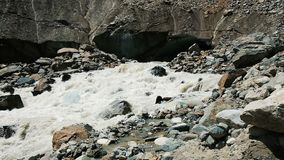 Écoulements de rivière de montagne de dessous le glacier, un courant d'eau puissant, mouvement lent banque de vidéos