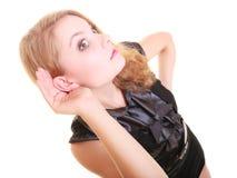 Écoute blonde de buisnesswoman de femme d'isolement Photographie stock