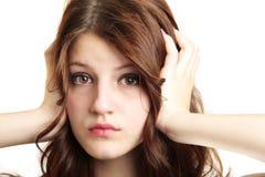 Écoute d'oreilles de revêtement de fille d'isolement Photographie stock libre de droits