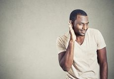 Écoute de écoute clandestine de jeune homme curieux dedans sur la conversation Image libre de droits