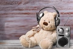 Écoute de musique Images libres de droits