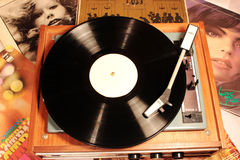 Écoute en gros plan de disque de phonographe de musique Images stock