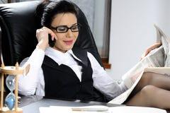 écoute réussie de femme d'affaires   image stock