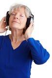 Écoute Relaxed de femme âgée Images libres de droits