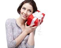 Écouter le présent enveloppé en papier rouge Photographie stock