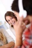 Écouter riant des jeunes la musique Image libre de droits