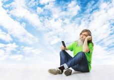Écouter supérieur la musique, écouteurs de vieil homme, téléphone portable de barbe Images libres de droits