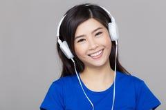 Écouteur de port de fille de l'Asie images libres de droits