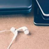 Écouteur et ordinateur portable Image stock
