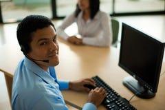 Écouteur mâle hispanique de préposé du service de service à la clientèle Images libres de droits